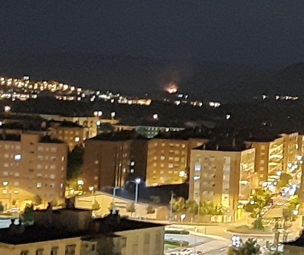 El resplandor de las llamas es visible desde Logroño.