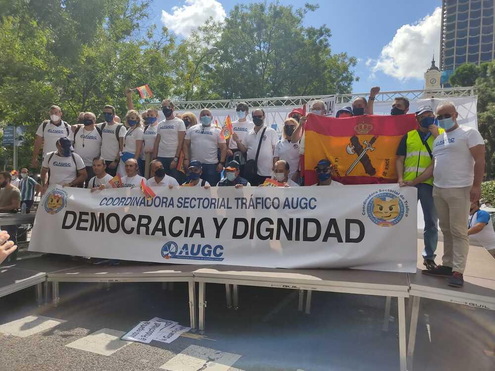 Instan a la dignidad en el trabajo y a que entre la democracia en la Guardia Civil