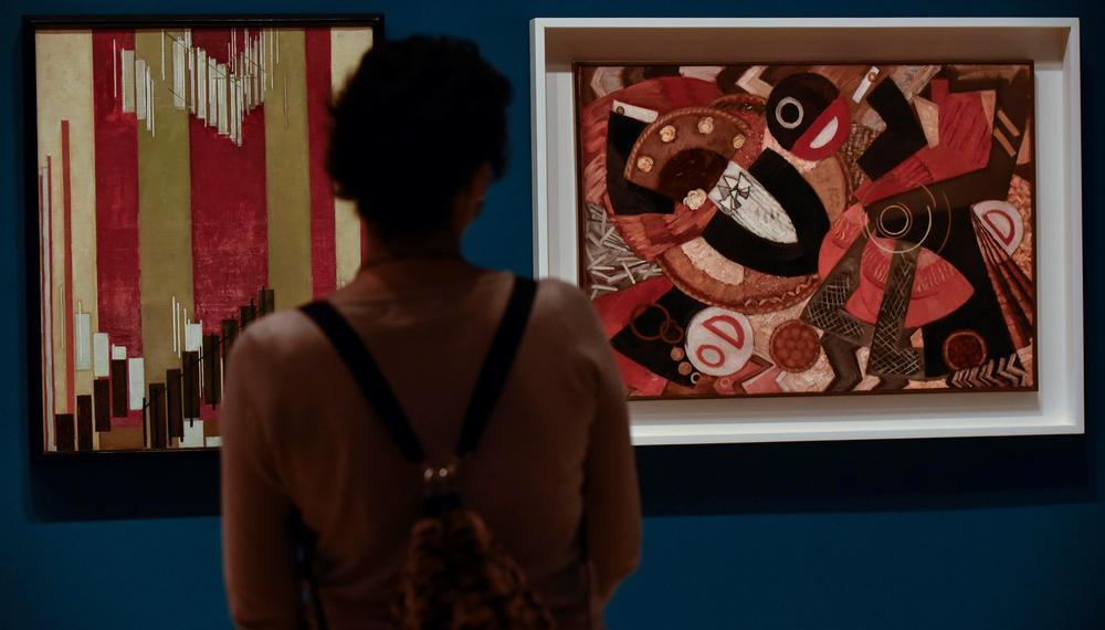 Una visitante observa algunos de los trabajos.