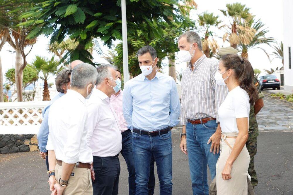 Los Reyes Felipe y Letizia conversan con los presidentes de los gobiernos de España, Pedro Sánchez (c), y de Canarias, Ángel Víctor Torres (i)
