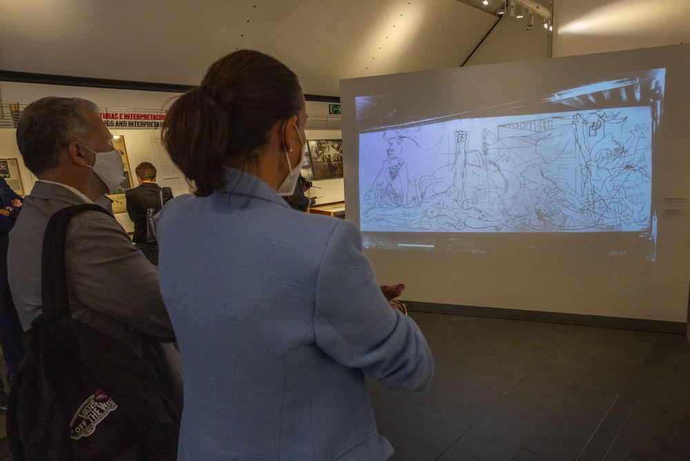 La alcaldesa y el concejal de Cultura, durante su visita a la exposición.