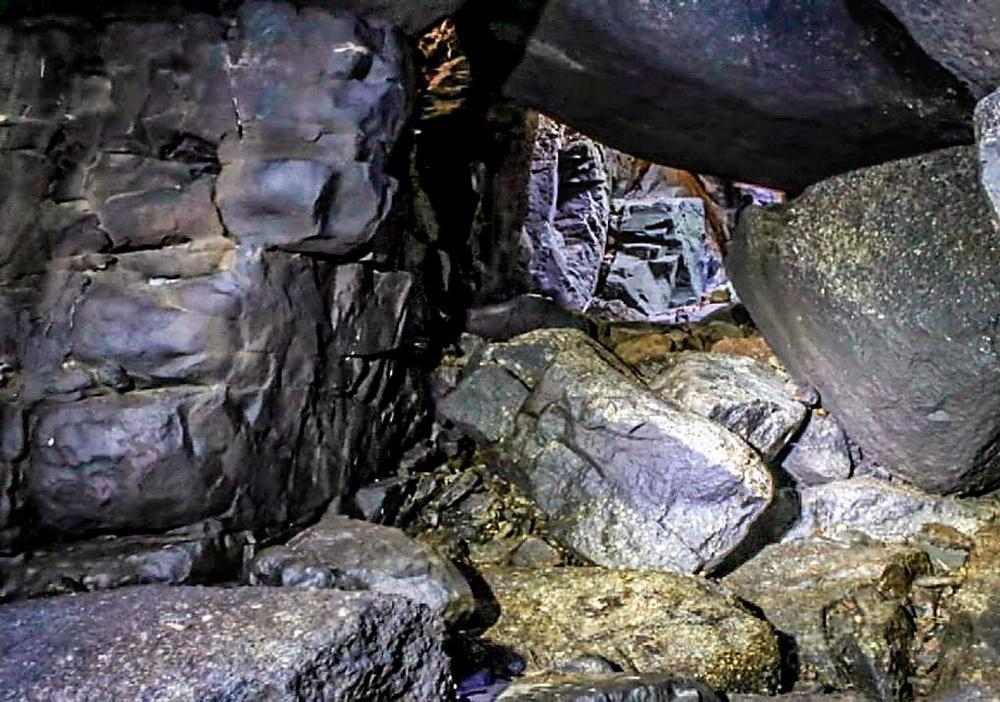 Interior de las cuevas de Zurraquín, iluminadas con focos debido a su oscuridad.