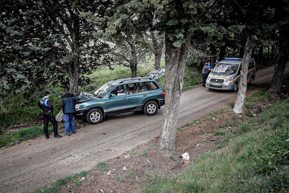 Aparatoso accidente de un vehículo contra un árbol en Soria