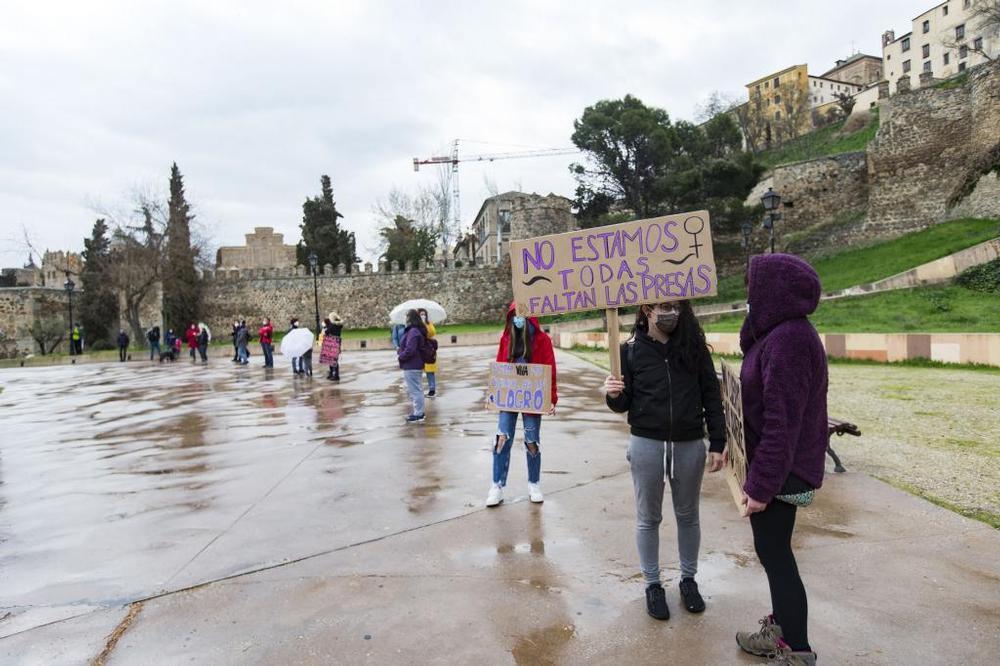 Más de un centenar de eslabones por el feminismo