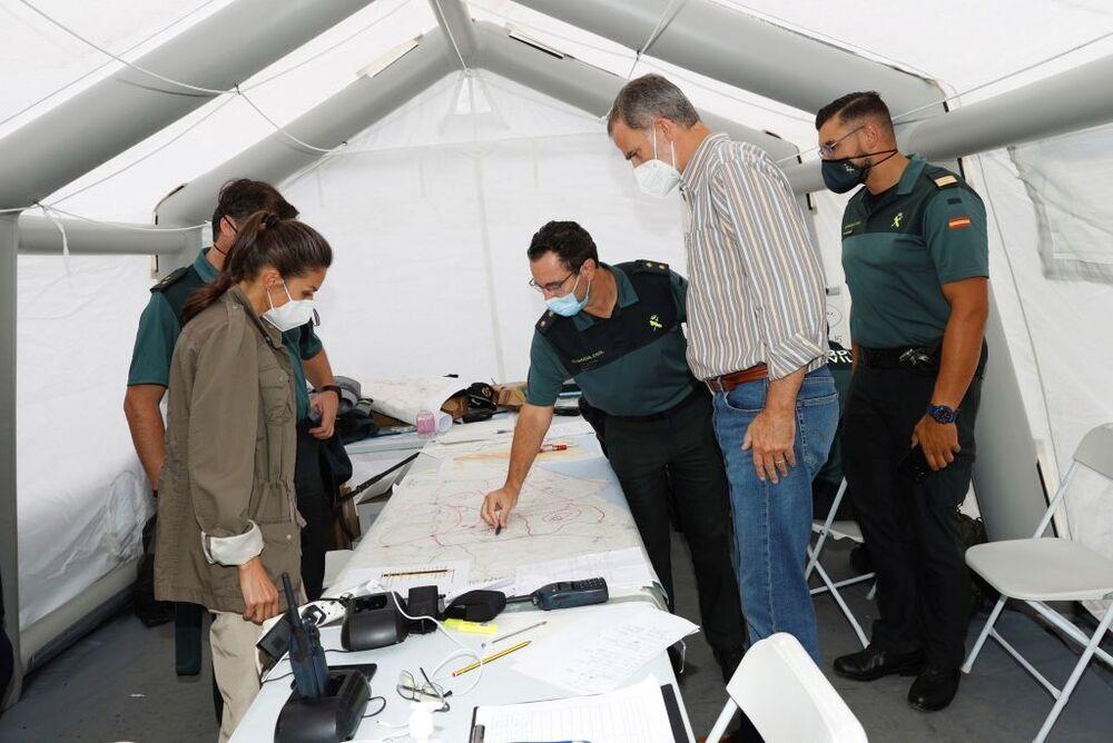 El Rey Felipe y la Reina Letizia conversan con agentes de la Guardia Civil en el centro de mando durante su visita a la isla de la Palma