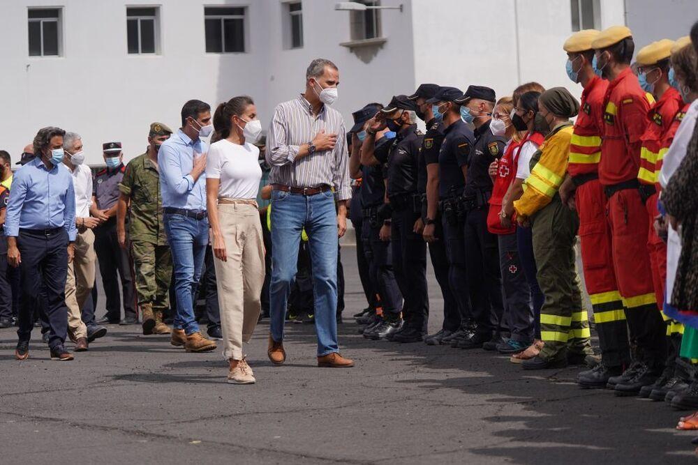 Los Reyes trasladan su agradecimiento a miembros del Ejército, la Guardia Civil, la Policía Nacional y la Policía Local, el Servicio Canario de Salud o la Cruz Roja, sanitarios y trabajadores del Ayuntamiento por la labor realizada