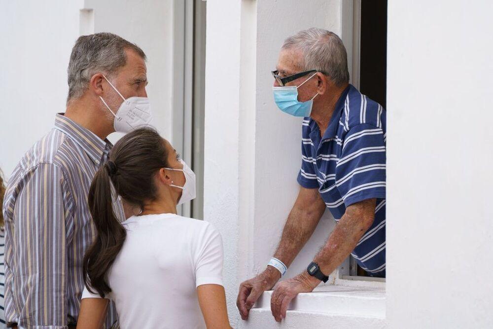 Los Reyes Felipe VI y Letizia conversan con un vecino mientras visitan este jueves en el acuartelamiento El Fuerte