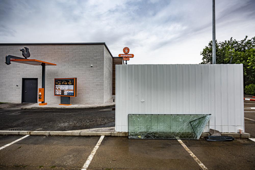 Daños causados por el alunizaje en la hamburguesería Popeyes, de Carrefour Parquesol.