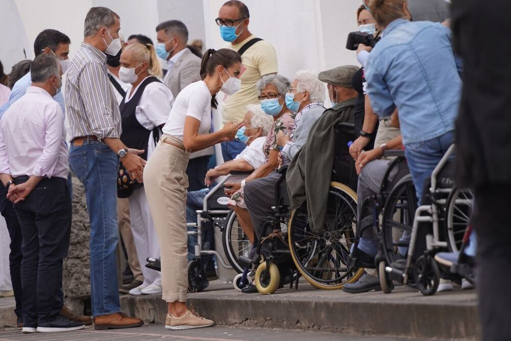 El Rey Felipe VI y la Reina Letizia hablan con varias personas evacuadas por la erupción del volcán de Cumbre Vieja
