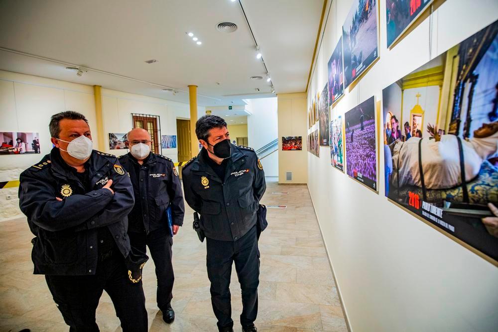 El comisario jefe visita la exposición de La Tribuna