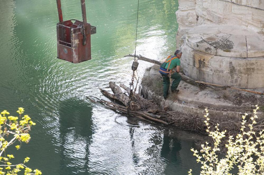 El Ayuntamiento limpia de troncos caídos el cauce del Júcar