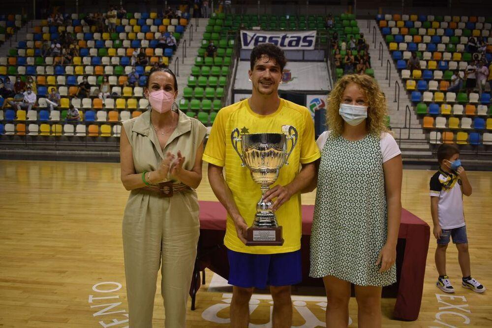 Pablo Campanario, con el trofeo de subcampeón, junto a la alcaldesa, Eva Masías y la presidenta de la Federación Territorial, María López (a la derecha).