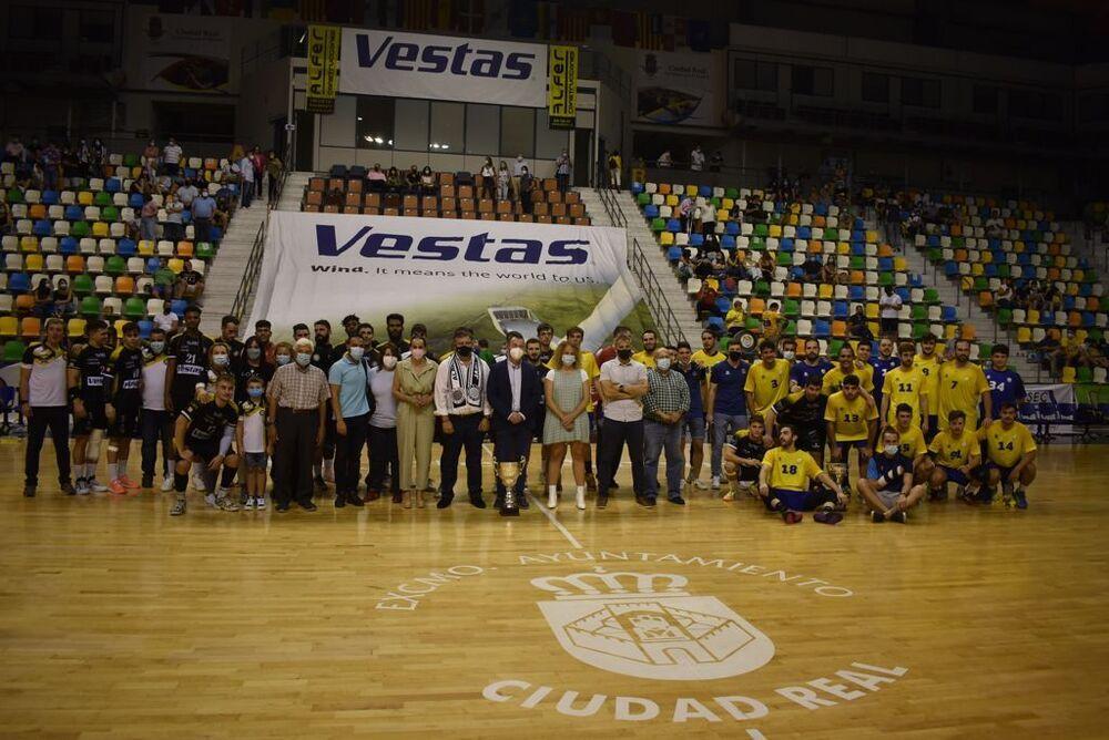 Fotografía de familia de los dos equipos.