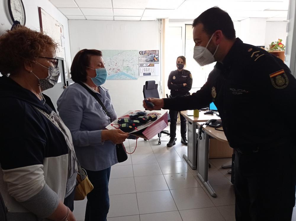Pilar Pecci y Mercedes Castaño, en representación de la iniciativa 'Corazones con bata',  entregaron unos  corazones  azules realizados  por ellas mismas artesanalmente.