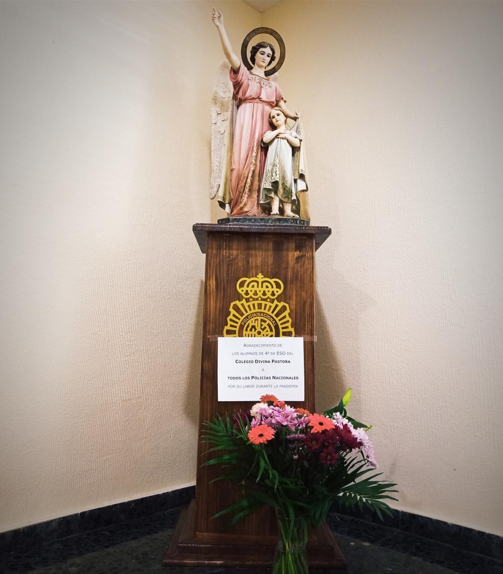 Los flores fueron depossitvas ante la imagen del Ángel Custodio presente en la Jefatura Superior de Policía de Toledo.