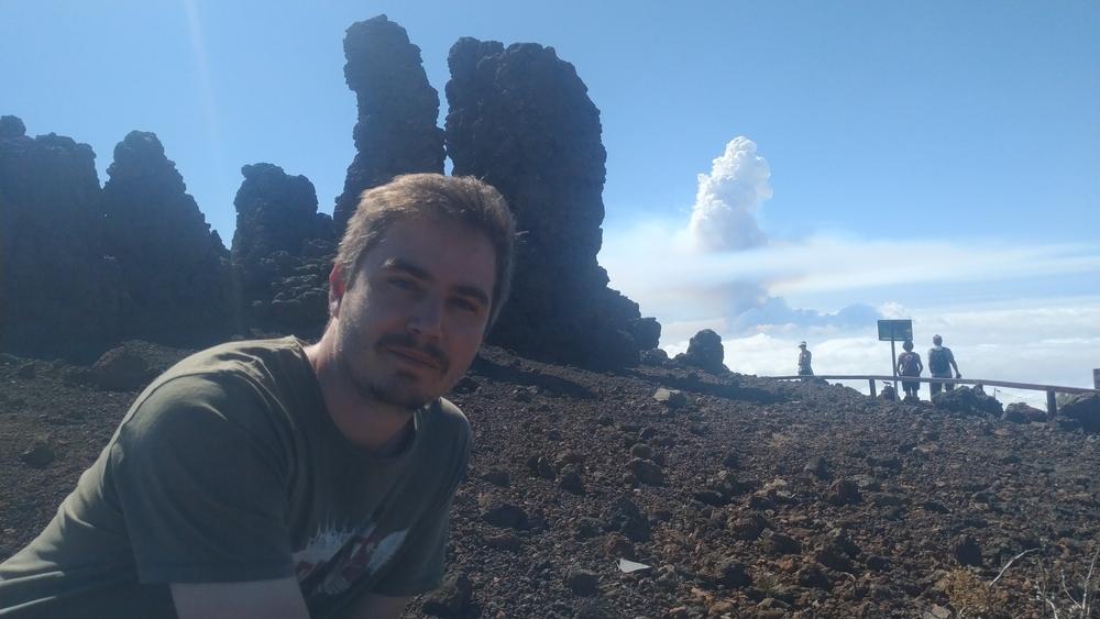 Miguel Pedrazuela, con la nube de humo al fondo.