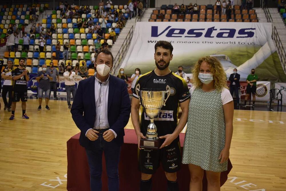 El capitán del Vestas Alarcos, Jota Serrano, recoge el trofeo de campeón junto al diputado Dionisio Vicente y María López, presidenta de la Federación Territorial.
