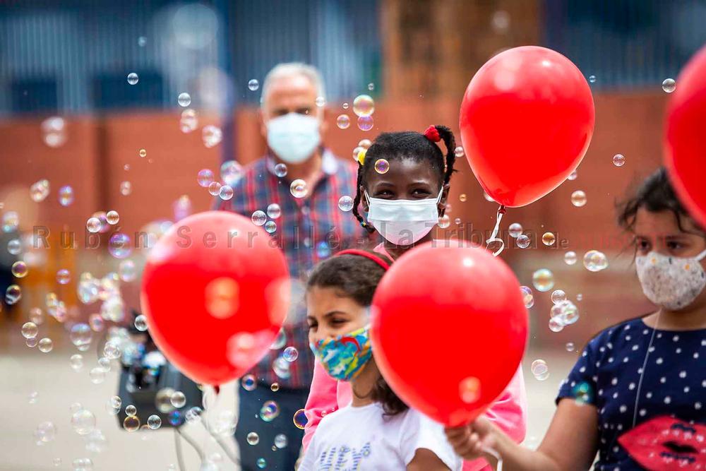 UN MAR DE BESOS. El colegio Cristóbal Colón celebró, con Los Guachis, el Día del Niño Hospitalizado, a través de música y los mejores deseos