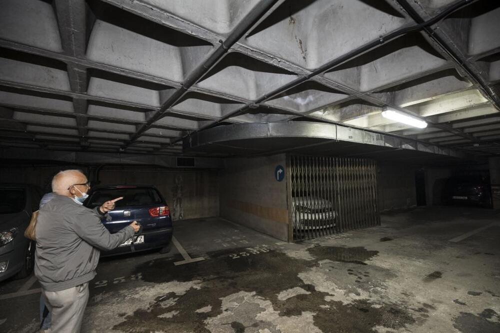 De la Rosa detalla que se están realizando pruebas para conocer el origen de las filtraciones en el aparcamiento subterráneo de la plaza Santiago.