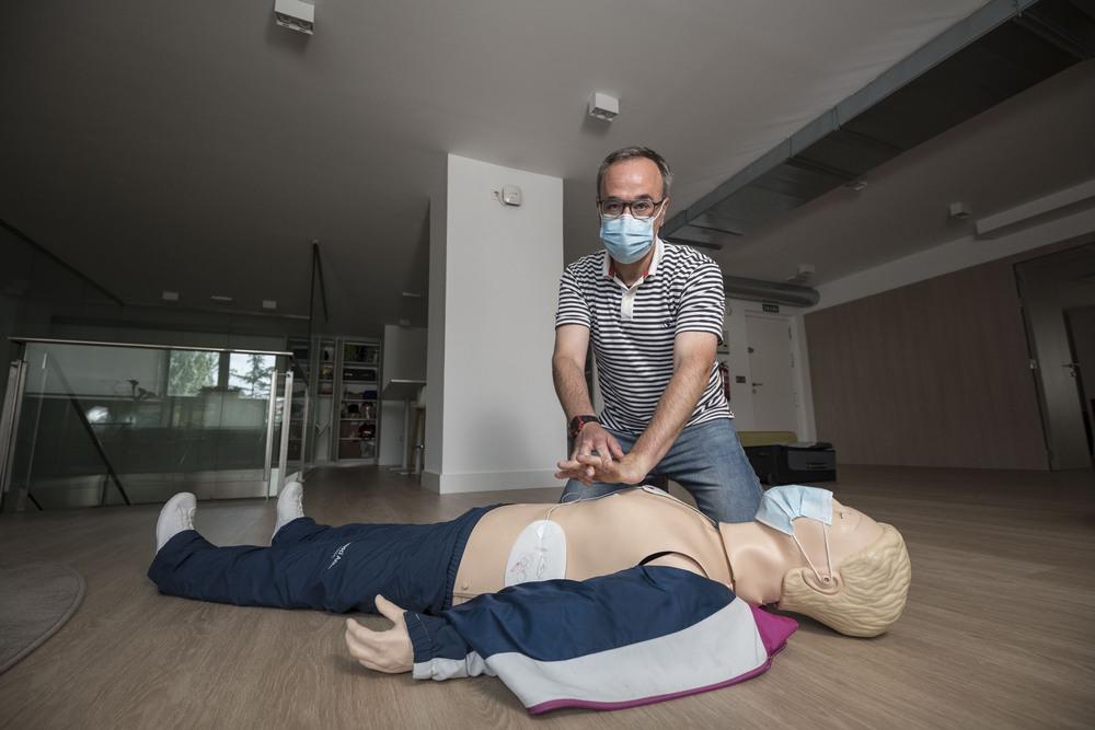 El enfermero Óscar Alonso indica cómo se colocan las manos para hacer una maniobra de resucitación cardiopulmonar.