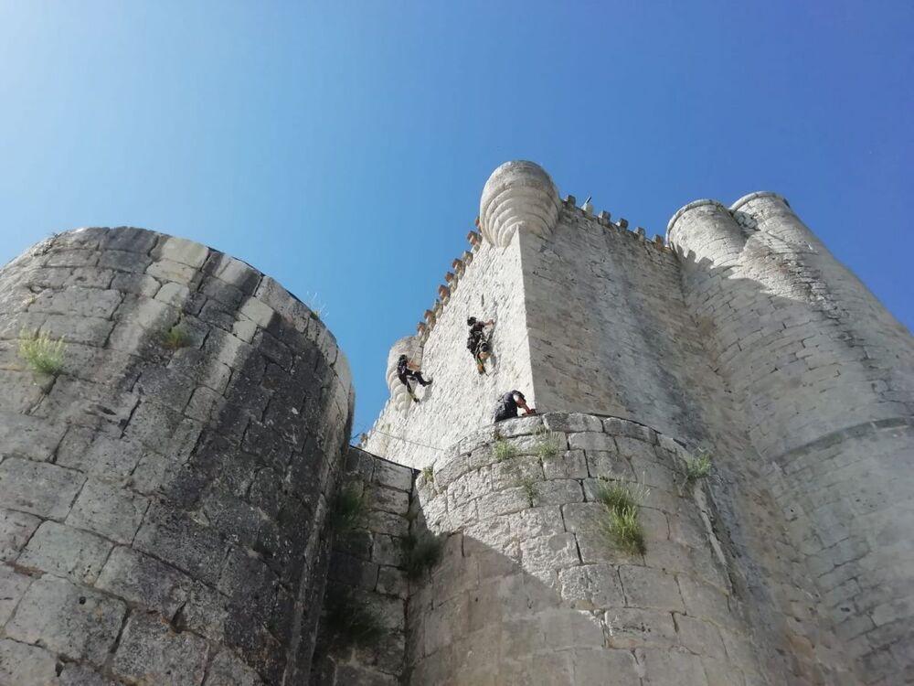 Los bomberos limpian el castillo de Íscar.