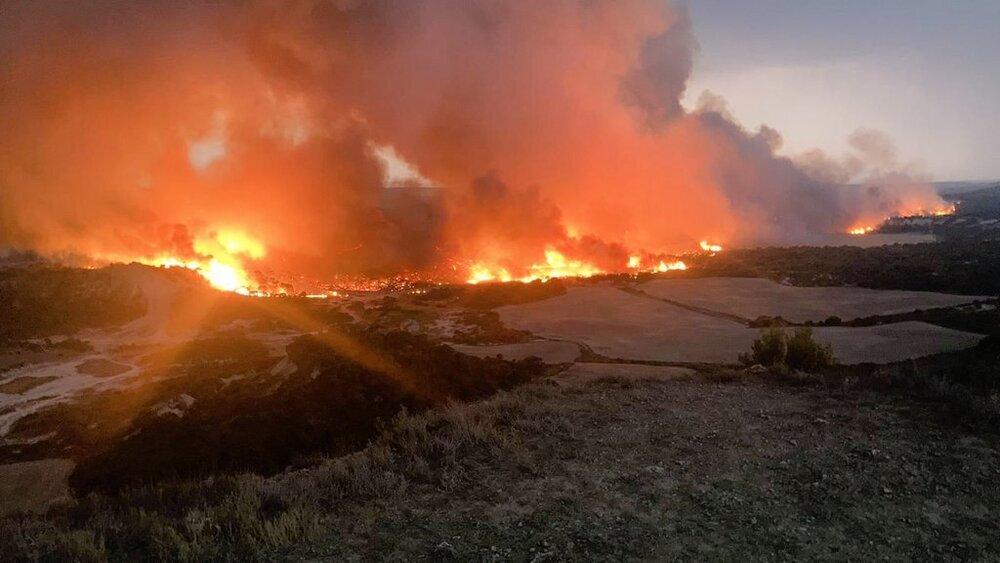 Bomberos trabajan en un incendio en un paraje de Valtierra