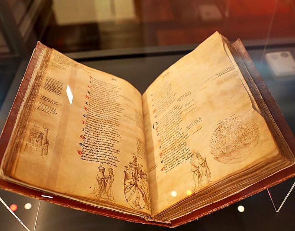 La exhibición presenta hasta 10 códices únicos datados en los siglos XIV y XV, y también incluye pergaminos, incunables y textos varios relacionados con este escritor clave para el pensamiento del Renacimiento.