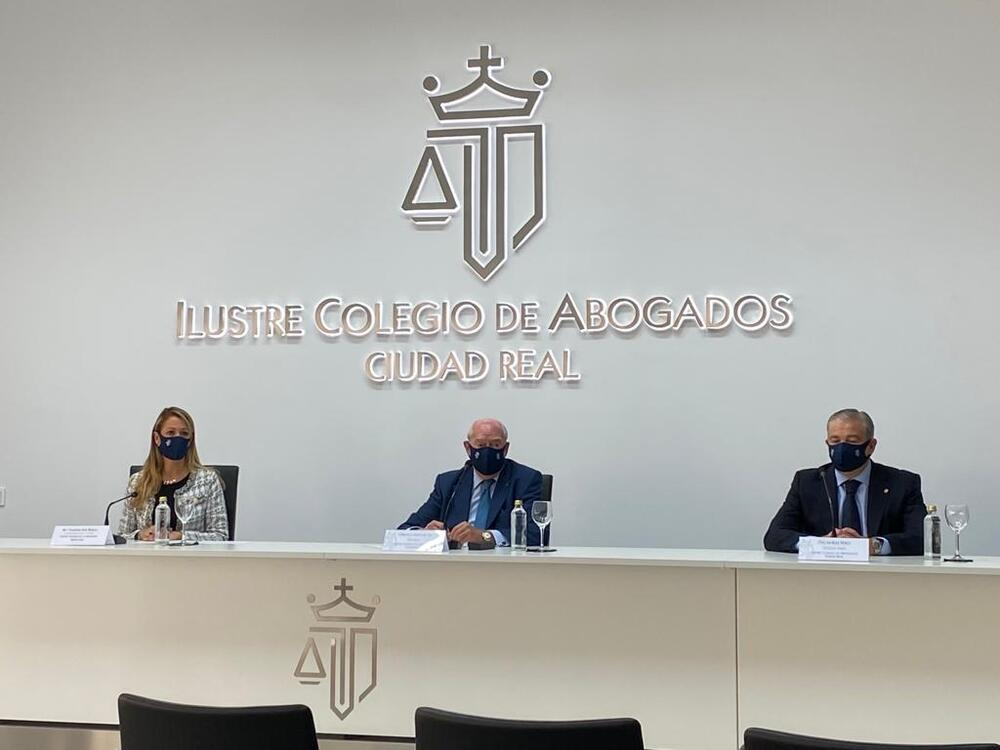 María Eugenia Gay Rosell, Cipriano Arteche y Óscar Ruiz durante el acto celebrado en el Colegio de Abogados de Ciudad Real