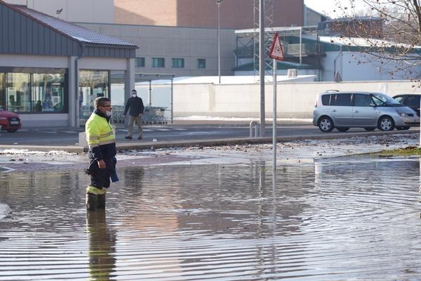 Un operario intentando solventar el reventón de la avenida Santander.