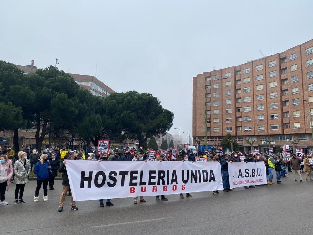 Protesta de los hosteleros frente a la sede de la Junta.