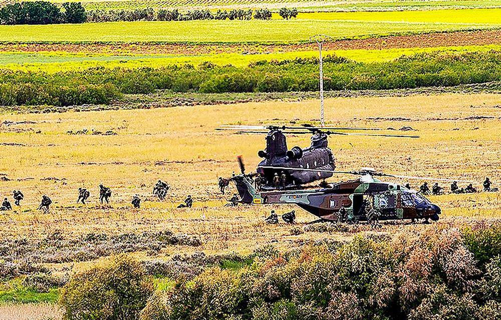 Militares tras el desembarco en el ejercicio táctico realizado cerca del que fuera castillo de los calatravos