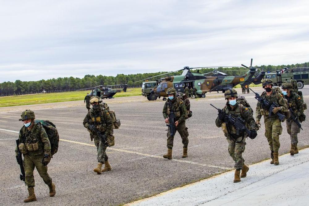Los soldados se dirigen a sus puestos para la misión