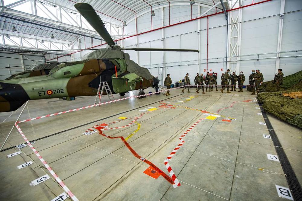 El Tigre, en el hangar donde ubicaron un gran mapa de la zona de maniobras