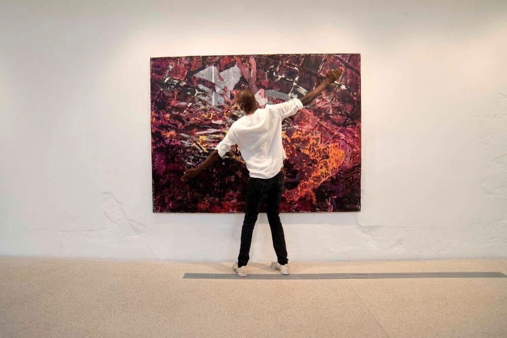 El estadounidense Mark Bradford es el primer artista que expone en el lugar. 'Masas y movimientos' es su propuesta inicial. Inspirada en mapas, la colección al completo ya está vendida.