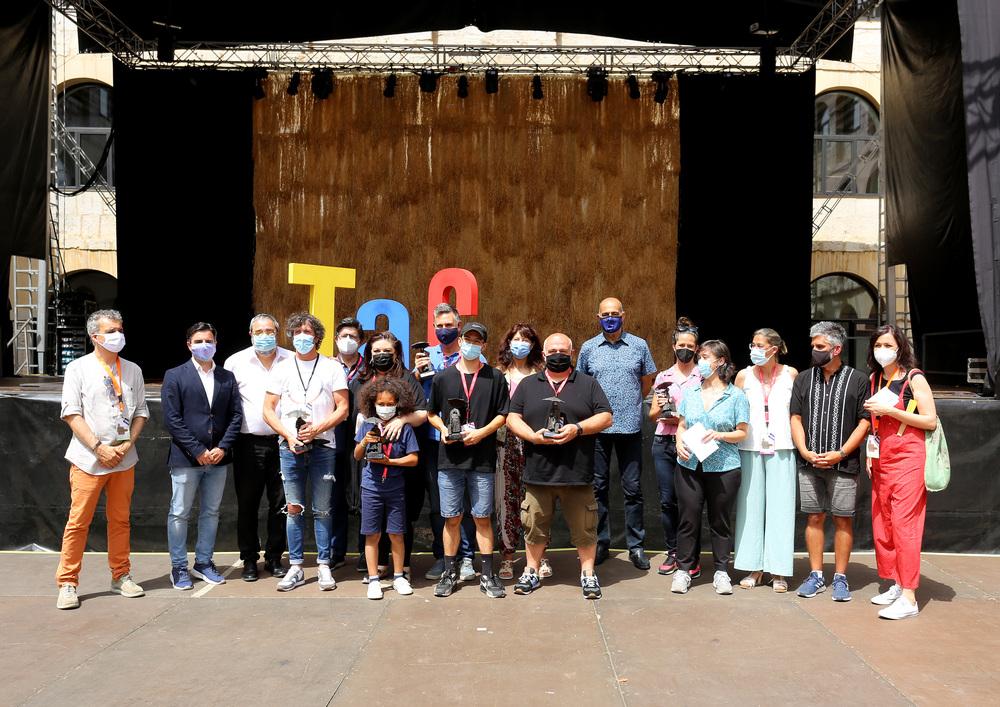 Foto de familia de los ganadores de los premios del 22 Festival Internacional de Teatro y Artes de Calle de Valladolid acompañados por los miembros del jurado y autoridades.