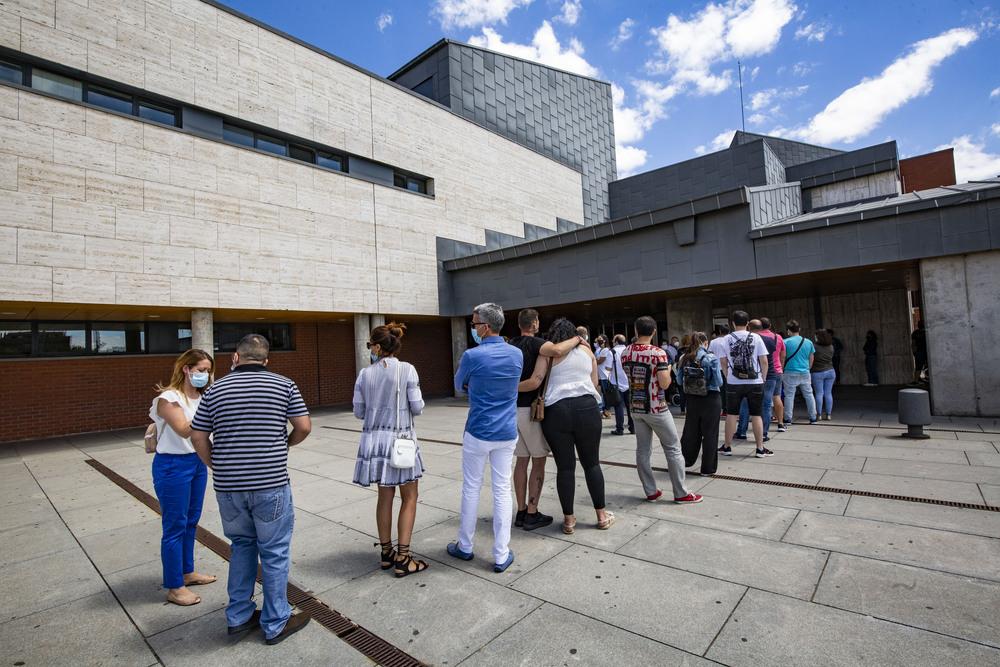 Varias personas de entre 30 y 39 años aguardan en la entrada principal del HGUCR para ser vacunadas.