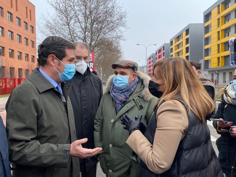 Antonio Garamendi y Miguel Ángel Benavente han charlado con el presidente de la Federación de Hostelería, Fernando de la Varga, y otros manifestantes antes de la reunión en la sede de la Junta en Burgos.