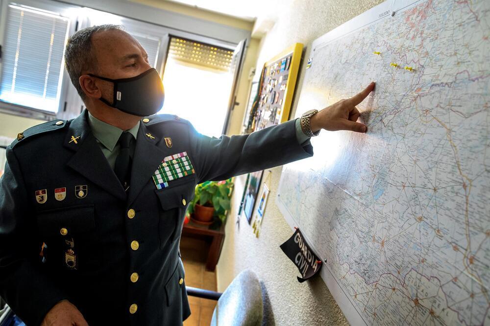 El teniente Valentín Martínez Reche, en su despacho en la comandancia de Toledo.