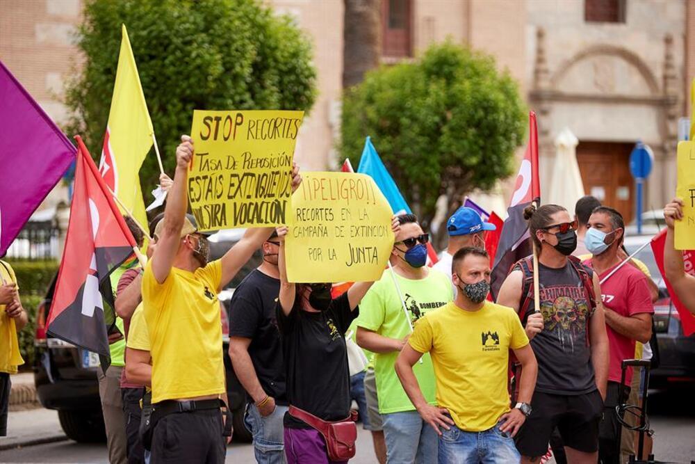 Protestas de trabajadores de Geacam delante del auditorio.