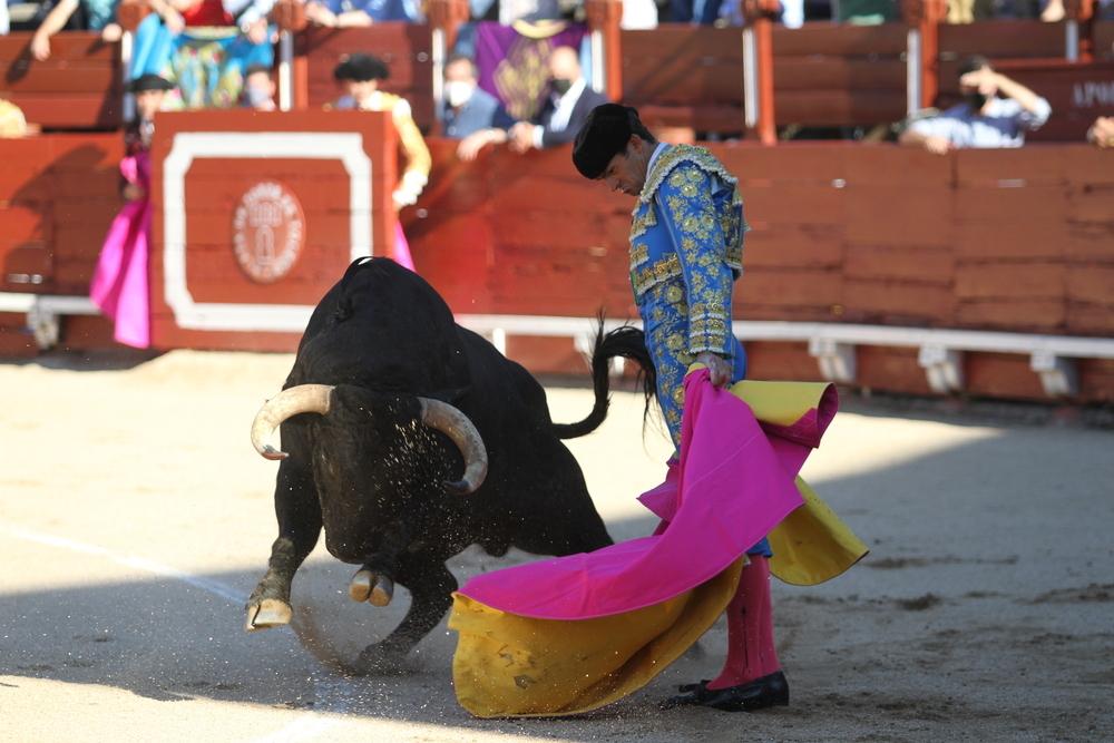 Eugenio de Mora recibió al toro por delantales.