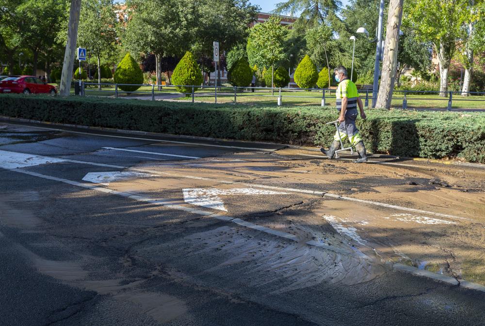 El reventón de una tubería afecta a la calle Pozo Concejo