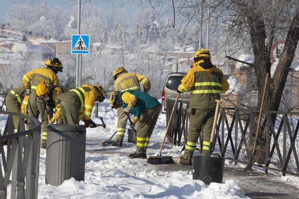Bautismo de nieve para los bomberos forestales en Toledo