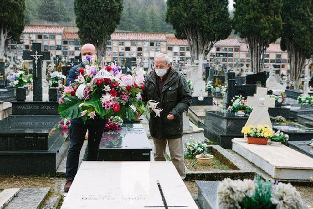 Flores y versos en la tumba de Leonor