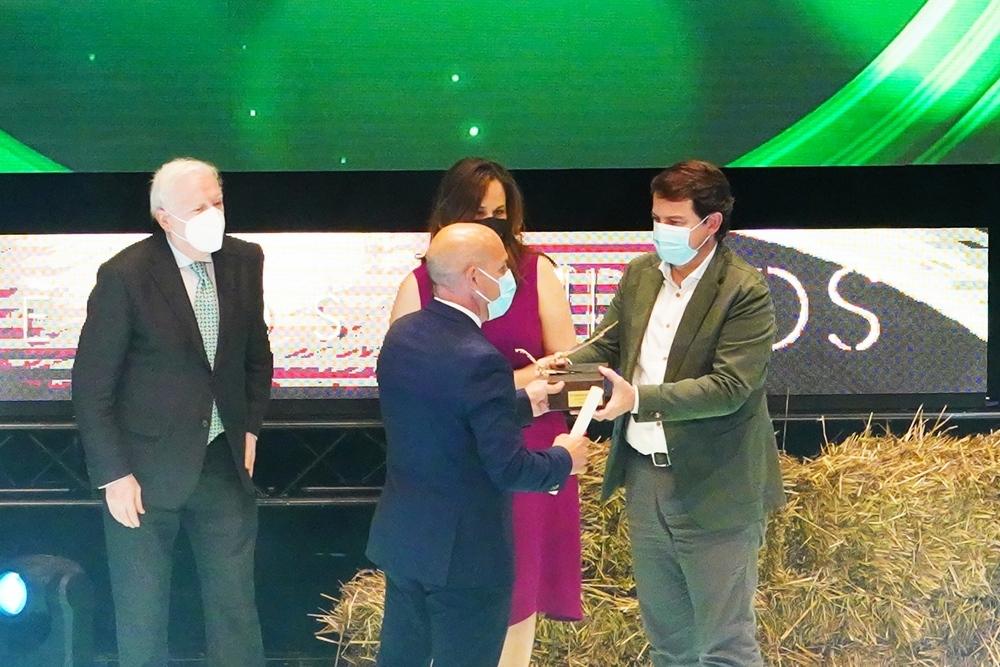 Fernández Mañueco (d) acompañado de Adriana Ulibarri y Antonio Miguel Méndez Pozo entregan el premio especial Surcos 2021.
