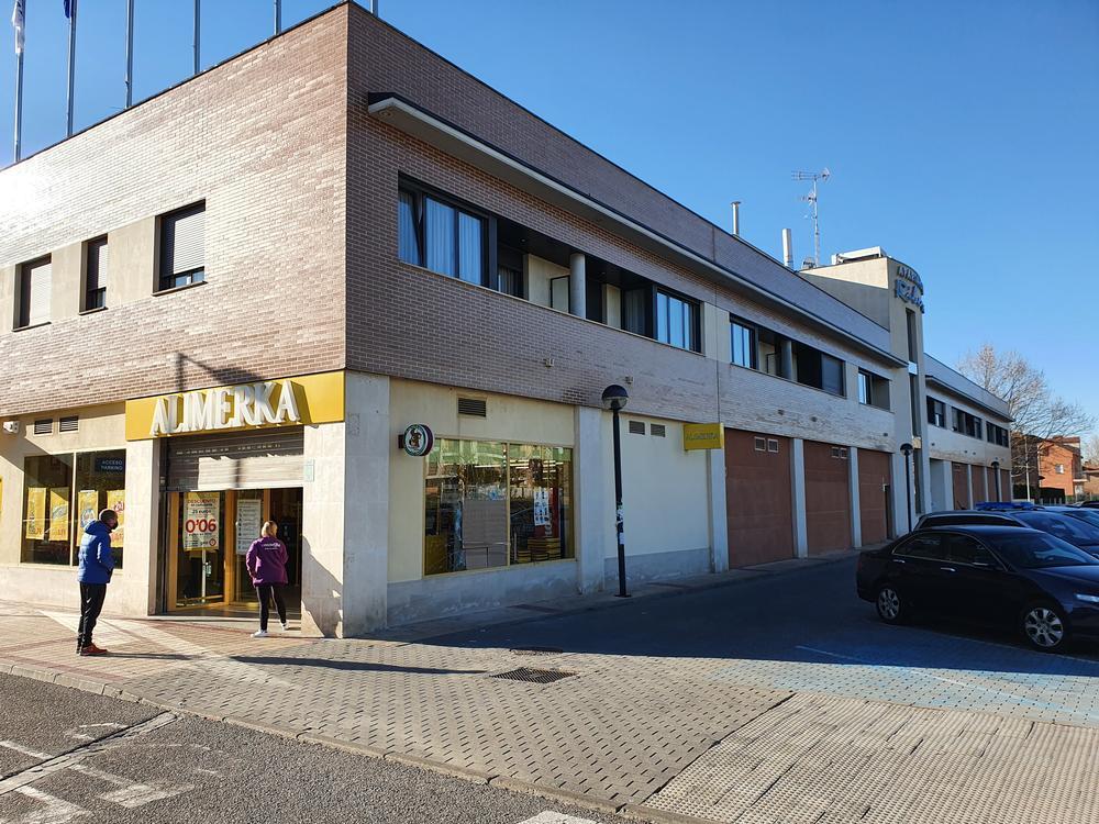 Supermercado Alimerka de Arroyo, tras el robo, con un cartón tapando la luna fracturada.