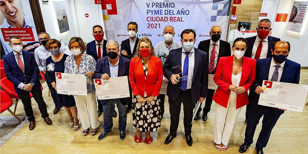 Foto de familia de los premiados, organizadores y autoridades.