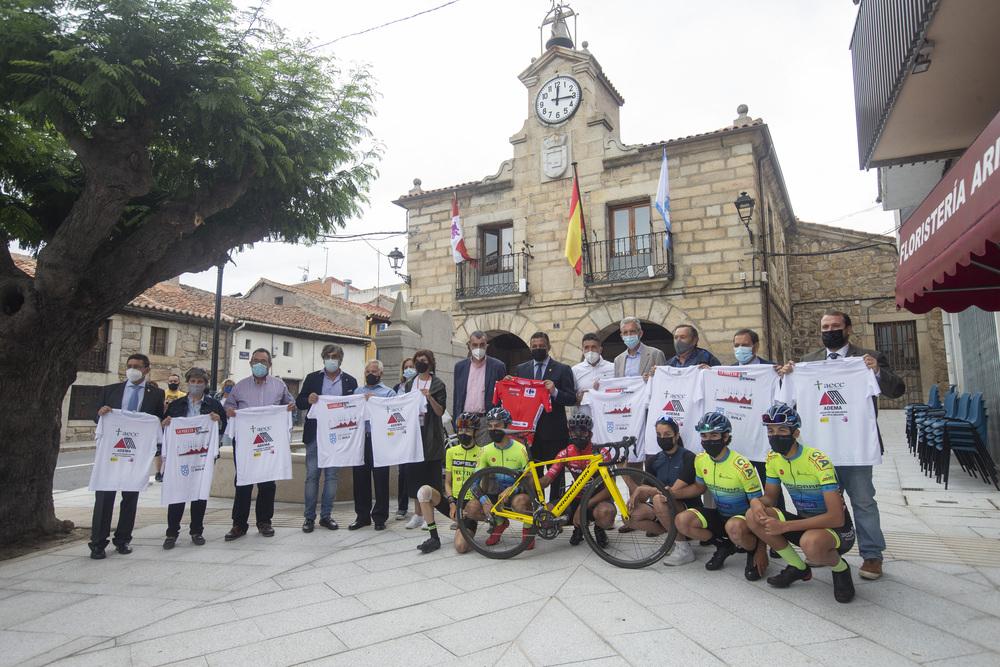 Carlos GarcÁa y el director general de Unipublic, Javier Guillén, firman el convenio para que el Barraco sea meta de la 15 etapa de la LXXVI Vuelta Ciclista España.