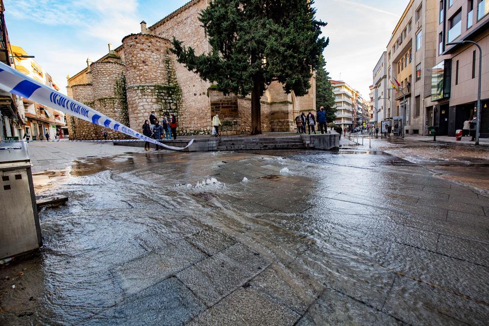 rotura de una tuberÁa de agua en la calle Lanza, esquina calle Paloma, al lado de San Pedro, agua, inundación por rotura de tuberÁa de agua en Ciudad Real en el centro