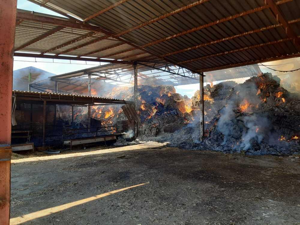 El fuego devora dos naves de forraje en Carrión y Fuentes