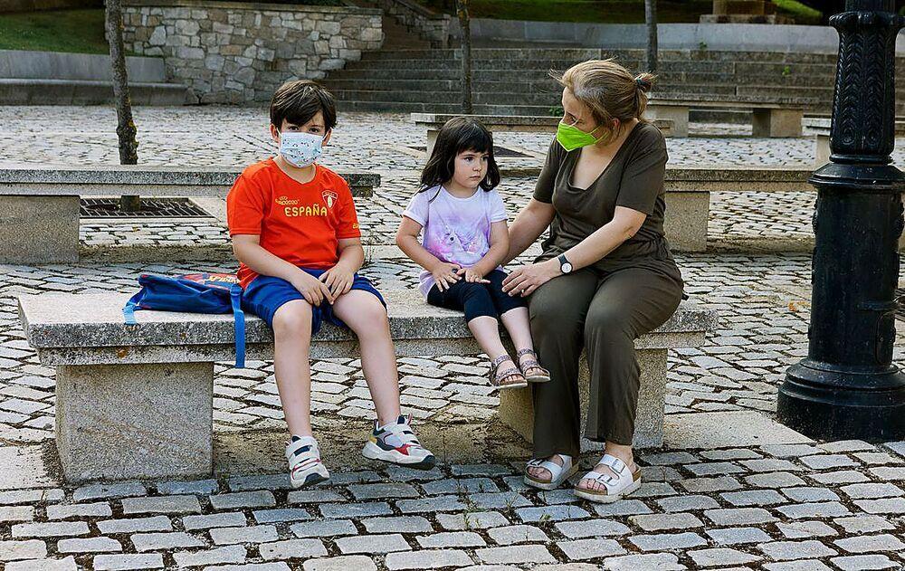 El pequeño Enzo, de 7 años, junto a su hermana y su madre en Soria.
